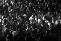 Folk i uteliv under ett parti arkivfoto