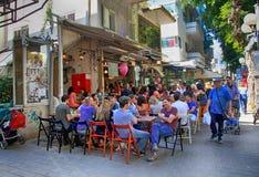 Folk i utomhus- kafé på den Dizengoff gatan i Tel Aviv, Israel Royaltyfria Bilder