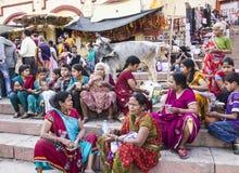 Folk i Varanasi Arkivbild
