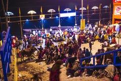 Folk i Varanasi i tvättande ceremoni för klosterbroder Royaltyfri Foto