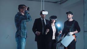 Folk i VR-hörlurar med mikrofon som ser det framtida projektet 3D stock video