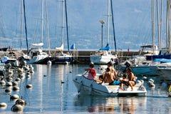 Folk i yacht på marina på sjöGenève i Lausanne Arkivfoton