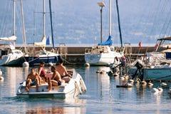 Folk i yacht på marina på sjöGenève Lausanne Arkivfoto