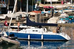 Folk i yacht på sjöGenève i Lausanne Royaltyfria Foton