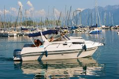 Folk i yachtsegling i marina av sjöGenève Lausanne Royaltyfri Foto