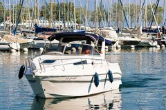 Folk i yachtsegling i marina på sjöGenève Lausanne Royaltyfri Fotografi