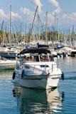 Folk i yachtsegling i marina på sjöGenève Lausanne Arkivfoton