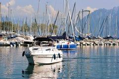 Folk i yachtsegling på marina i sjöGenève Lausanne Fotografering för Bildbyråer