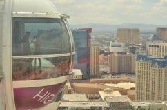 Folk inom den jätte- pariserhjulen för hög rulle på den Las Vegas remsan Royaltyfria Bilder