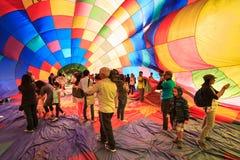 Folk inom enblåst upp ballong för varm luft arkivbilder