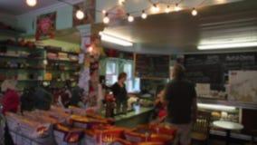 Folk inom ett litet kafé (1 av 3) stock video