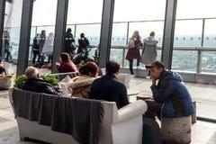 Folk inom gatan Skygarden för 20 Fenchurch Royaltyfria Bilder