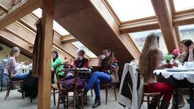 Folk inom kaffe- och bakelsestång stock video