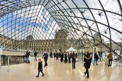 Folk inom Louvremuseet (Musee du Louvre) Arkivfoton