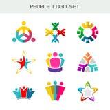 Folk Logo Set Grupp av två, tre, fyra eller fem personerlogoer Arkivbild