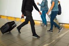 Folk med bagage Arkivbilder