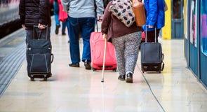 Folk med bagage Fotografering för Bildbyråer
