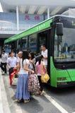 Folk med bussen Royaltyfria Foton