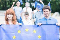 Folk med den europeiska fackliga flaggan Arkivbilder