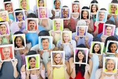 Folk med Digital minnestavlor royaltyfria bilder