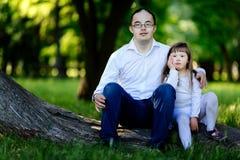 Folk med Down Syndrome gullig bindning royaltyfri foto