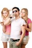Folk med en flaska av whisky isolerat Arkivfoto