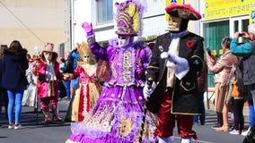 Folk med en Venetian maskering på karnevalet av Limoux i Auden, Frankrike lager videofilmer