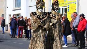 Folk med en Venetian maskering p? karnevalet av Limoux i Auden, Frankrike stock video