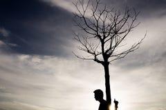 Folk med ett dött träd i solskenet Royaltyfri Bild