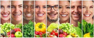 Folk med frukter och grönsaker fotografering för bildbyråer