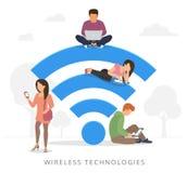 Folk med grejer genom att använda wi-fi utomhus Arkivfoto