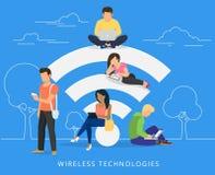 Folk med grejer genom att använda wi-fi utomhus Royaltyfri Foto