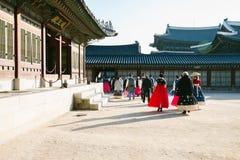 Folk med Hanboktraditional den koreanska klänningen i den Gyeongbokgung slotten, Seoul, Korea Arkivfoton