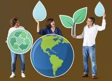 Folk med miljö- och återvinningsymboler Royaltyfria Foton