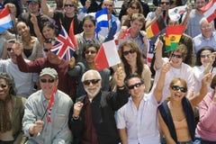 Folk med olika landsflaggor Royaltyfri Fotografi