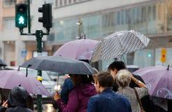 Folk med paraplyer royaltyfri foto