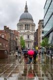 Folk med paraplyer i London Fotografering för Bildbyråer