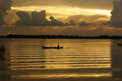 Folk med radfartyget på floden på soluppgång Royaltyfria Foton