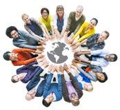 Folk med samhörighetskänslabegrepp och jordsymbol Arkivbilder