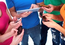 Folk med smartphones Fotografering för Bildbyråer