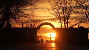Folk med solnedgång Dimmig färgrik solnedgång med solen som exponerar molnen arkivfilmer