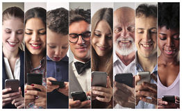 Folk med telefonen royaltyfria bilder