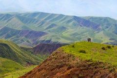 Folk mot bakgrunden av ett vårberglandskap Region för Alma-Ata ` s kazakhstan Arkivfoton