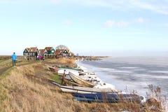 Folk nära byn Marken längs en djupfrysta Markermeer i Nederländerna Arkivfoton