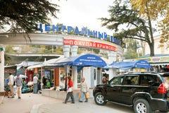 Folk nära central marknad i den Yalta staden Arkivbilder