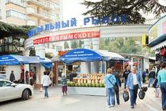 Folk nära central marknad i den Yalta staden, Krim Royaltyfria Bilder