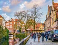 Folk nära den Groenerei kanalen, Bruges, Belgien Arkivbilder