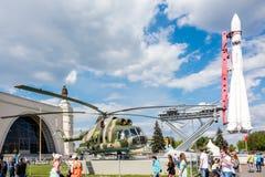 Folk nära den militära transporthelikoptern Mil Mi-8T och Vost Arkivfoto