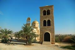 Folk nära flod för St John The Baptist Church Jordan, Hashemite K arkivbild