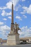 Folk nära obelisken i Piazza del Quirinale Royaltyfri Fotografi